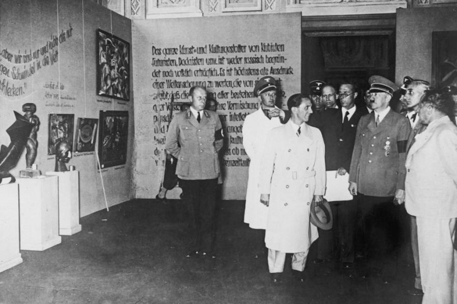 Goebbels e Hitler in visita alla mostra di Arte Degenerata