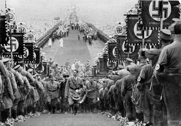 """Fotogramma tratto dal film di propaganda """"Triumph des Willens"""" (1935) di Leni Riefensthal"""